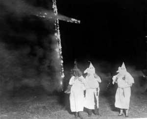 la croce fiammeggiante del Ku-Klux-Klan